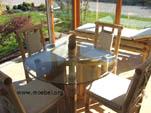 Tische und Stühle im Wintergarten